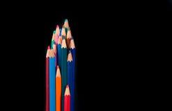 Grupa barwioni drewniani ołówki na czarnym backgroun fotografia stock
