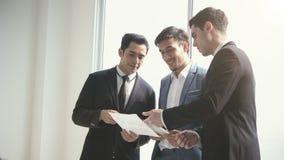 Grupa biznesmen dyskusi konferencja Młodzi ludzie dyskutują zdjęcie stock