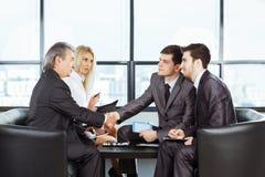 Grupa biznesmeni dyskutuje polisę firma w t zdjęcia royalty free