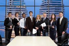 Grupa biznesmeni na tle drapacze chmur zdjęcie royalty free