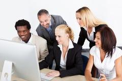 Grupa biznesmeni patrzeje komputer Fotografia Royalty Free