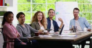 Grupa biznesmeni siedzi i patrzejący kamera zdjęcie wideo