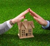 Grupa biznesmeni Trzyma modela dom Zdjęcie Royalty Free