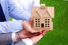 Grupa biznesmeni Trzyma modela dom Obrazy Royalty Free