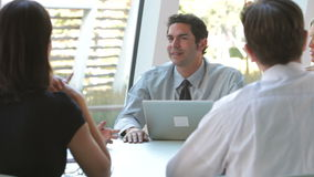 Grupa biznesmeni Z laptopem Ma spotkania zbiory