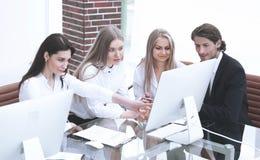 Grupa biznesowa dyskutuje nowego handlowego projekt obrazy royalty free