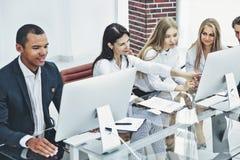 Grupa biznesowa dyskutuje nowego handlowego projekt zdjęcie stock