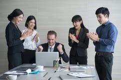 Grupa biznesowa oklaskuje i ono uśmiecha się z pomyślnym szefem, herbata Obraz Royalty Free