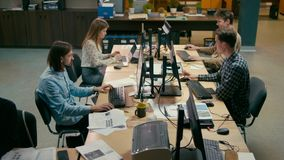 Grupa Biznesowa Przypadkowi ludzie Pracuje przy komputerami w otwartej przestrzeni biurze zbiory wideo