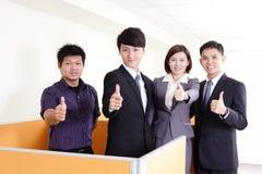 Grupa biznesowa uśmiechy i pokazywać up kciuk Obrazy Royalty Free