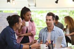 Grupa biznesowi persons w kreatywnie biznesowej dyskutuje pracie w biurze fotografia royalty free