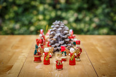 Grupa boże narodzenie postacie wokoło pinecone Zdjęcie Royalty Free