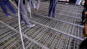 Grupa budowniczowie nalewający betony Podstawa wielka budowa budowniczowie buduje drapacz chmur zbiory