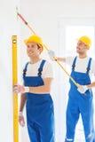 Grupa budowniczowie z narzędziami indoors Zdjęcia Stock