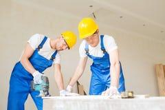 Grupa budowniczowie z narzędziami indoors obrazy stock