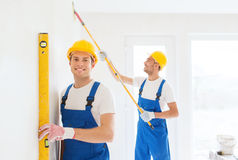 Grupa budowniczowie z narzędziami indoors zdjęcie stock