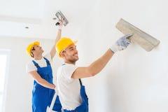 Grupa budowniczowie z narzędziami indoors Fotografia Royalty Free