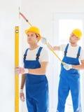Grupa budowniczowie z narzędziami indoors Zdjęcia Royalty Free