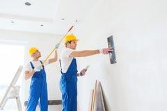 Grupa budowniczowie z narzędziami indoors Zdjęcie Royalty Free