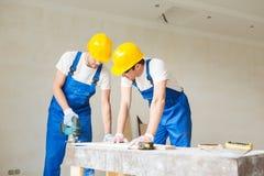 Grupa budowniczowie z narzędziami indoors Obrazy Royalty Free