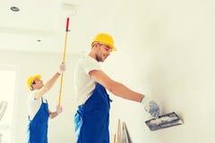 Grupa budowniczowie z narzędziami indoors Obraz Stock