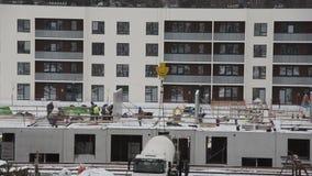 Grupa budowniczych pracownicy na płaskiej mieszkanie budowie zbiory