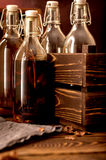 Grupa butelkuje Tincture alkoholu pierzgi ziele szklanych Obraz Royalty Free