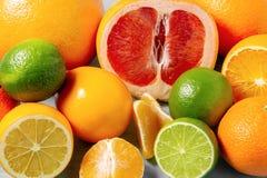 Grupa całe i pokrojone cytrus owoc - tangerines, cytryny, wapno, pomarańcze, grapefruits na powierzchni stół - zdjęcia royalty free