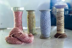 Grupa cewy Niciana rolka pracować dla tkactwo maszyny i Tajlandzka Obrazy Stock