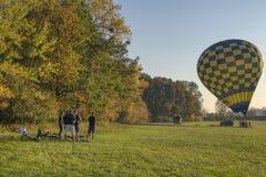 Grupa chłopiec czeka balon zaczynać obraz royalty free