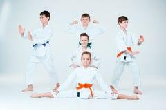 Grupa chłopiec i dziewczyna bój przy Aikido szkoleniem w sztuki samoobrony szkole Zdrowy styl życia i sporta pojęcie Obrazy Stock