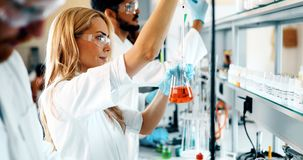 Grupa chemia ucznie pracuje w laboratorium fotografia stock