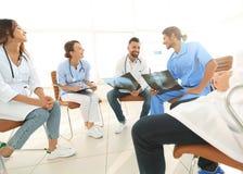 Grupa chirurdzy i medyczny fachowy personel dyskutuje na cierpliwym prześwietleniu obraz royalty free