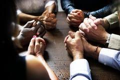Grupa chrześcijańscy ludzie ono modli się wpólnie obrazy stock