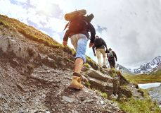 Grupa ciężka wędrówką turyści chodzi Obrazy Royalty Free