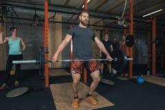 Grupa Crossfit trenerów weightlifting Zdjęcia Royalty Free