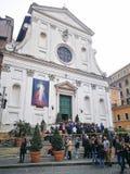 Grupa czciciele przed kościół włochy Rzymu Obrazy Stock