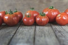 Grupa czerwoni pomidory na wierzch tercja fotografia na drewnianym tabl Zdjęcie Stock
