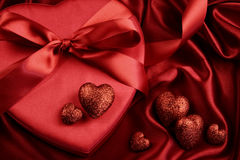 Grupa czerwoni serca na atłasowym tle Zdjęcia Royalty Free