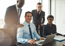 Grupa cztery młodego ludzie biznesu w biurze zdjęcia stock