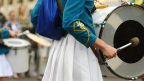 Grupa dobosze na paradzie giro Boczny widok zdjęcie wideo