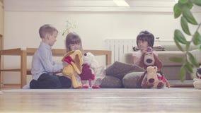 Grupa dzieci bawić się faszerować zabawki zbiory