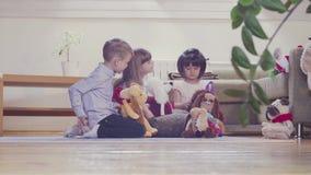 Grupa dzieci bawić się faszerować zabawki zbiory wideo