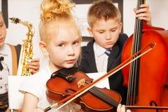 Grupa dzieci bawić się instrumenty muzycznych Obrazy Royalty Free
