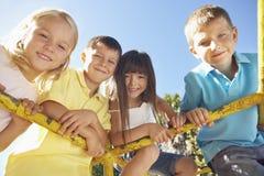 Grupa dzieci Bawić się Na Wspinaczkowej ramie Fotografia Stock