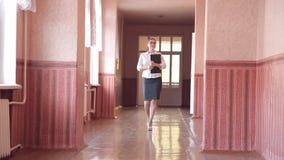 Grupa dzieci biega wzdłuż korytarza w szkole zdjęcie wideo