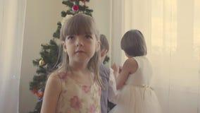 Grupa dzieci dekoruje choinki zdjęcie wideo