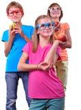 Grupa dzieci jest ubranym eyeglasses odizolowywających nad bielem z jabłkami Fotografia Royalty Free