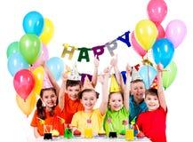 Grupa dzieci ma zabawę przy przyjęciem urodzinowym Obrazy Royalty Free
