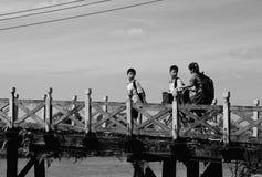 Grupa dzieci pójść szkoła Zdjęcia Royalty Free